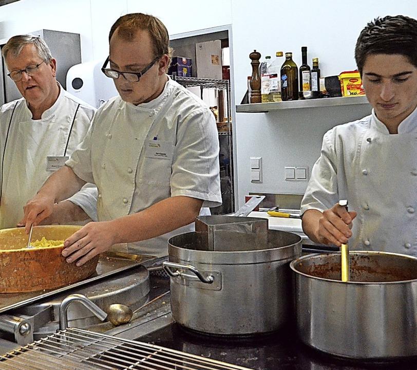 Blick in den Kochtopf: Die Besucher er...s täglich in der Küche geleistet wird.  | Foto: Gabriele Rasenberger