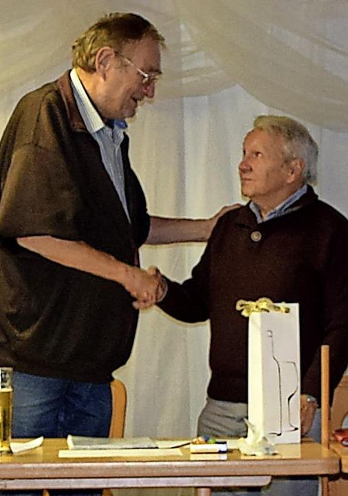 Vorsitzender Peter Wespiser dankte Blau-Weiß-Urgestein Jürgen Schneider.   | Foto: privat
