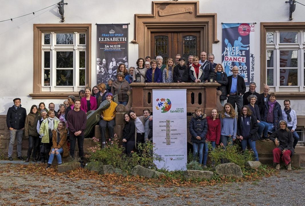 Akteure von Fairnetzt versammelten sic...ms vor dem Eingang zum Nellie Nashorn.  | Foto: Ansgar Taschinski