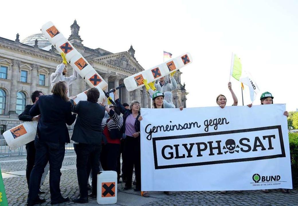 Umweltschützer des BUND protestieren 2... denkt gerade der Finanzminister nach.  | Foto: Rainer Jensen