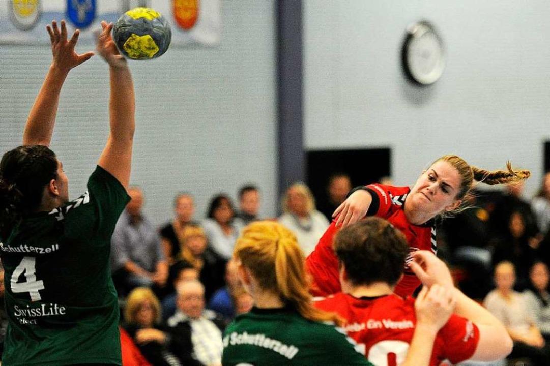 Die Altenheimerin Katja Valha wirft au...er, welches  der TuS mit 26:23 gewann.  | Foto: Pressebüro Schaller