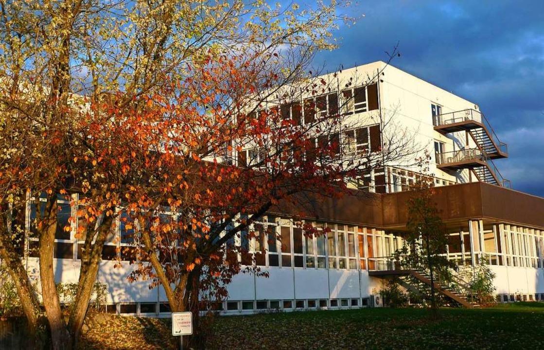 Das Spital im Herbst: Hinter welken Bä...11; finanziell und auch administrativ.  | Foto: Karl Braun