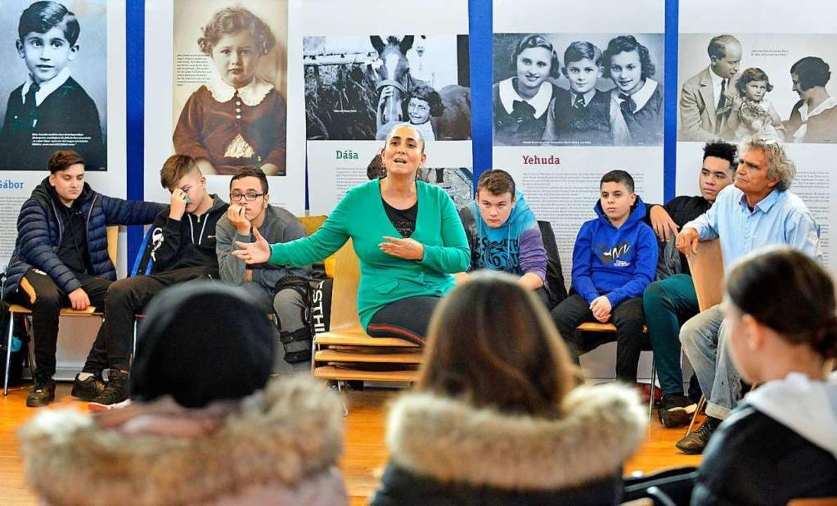 "Griaßa Reinhardt erklärt Schülerinnen ...sstellung ""Kinder im KZ"".   | Foto: Michael Bamberger"