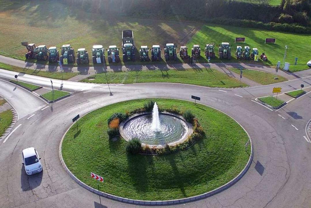 Mit mehr als 20 Traktoren haben sich B... die Agrarpolitik der Bundesregierung.  | Foto: privat