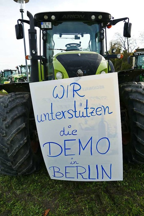 Mit mehr als 20 Traktoren haben sich B... die Agrarpolitik der Bundesregierung.  | Foto: Frank Schoch