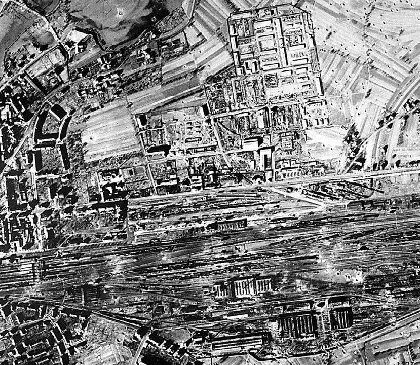 Ein Luftbild nach den Angriffen auf Of...ndere die Gleisanlagen das Ziel waren.  | Foto: archiv stadt offenburg