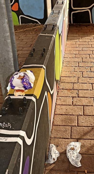 Zigarettenkippen, Plastikfetzen, Papie...en am Hüfinger Bahnhof breit gestreut.  | Foto:  Wursthorn, Jens
