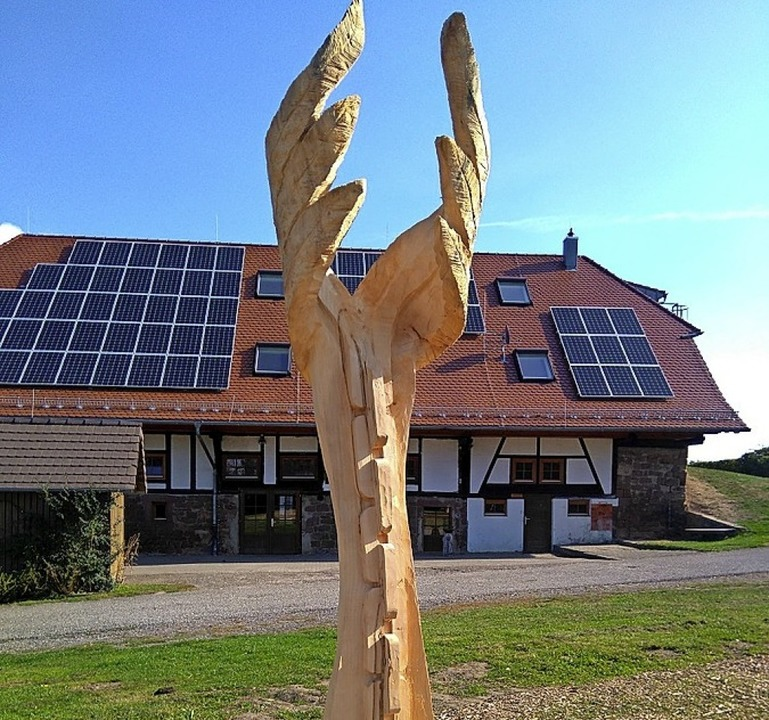 Holzskulptur vor Freizeithof    Foto: Ursula Buhlinger