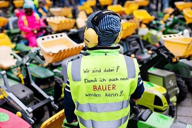 Bauern demonstrieren mit Treckern und Trillerpfeifen in Berlin