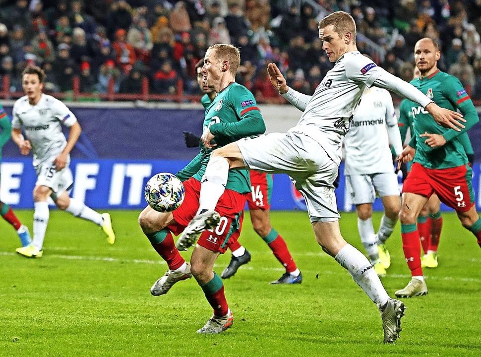 Sven Bender zieht mit links ab und trifft zum 2:0 für Leverkusen.   | Foto: Pavel Golovkin (dpa)