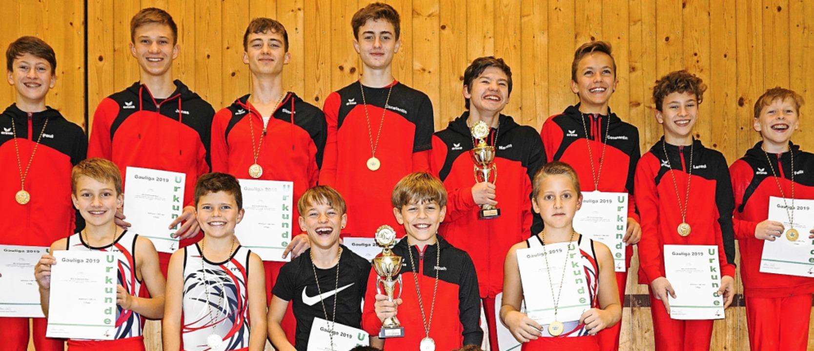 Stolze Sieger: Die Turner der WKG Schw... in der Jugend C/D (vorne) den Titel.     Foto: Dagobert Maier