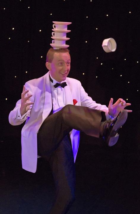 Warum nicht mal mit Tassen jonglieren? – Jeton.   | Foto: Petra Dindas