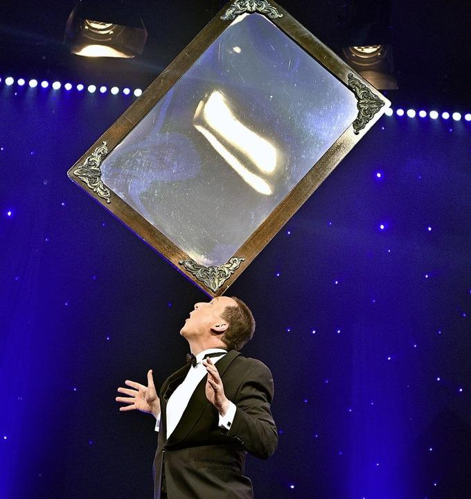 Jeton in Aktion während einer Vorstell...nciert einen Spiegel auf seiner Stirn.  | Foto: Thomas Kunz