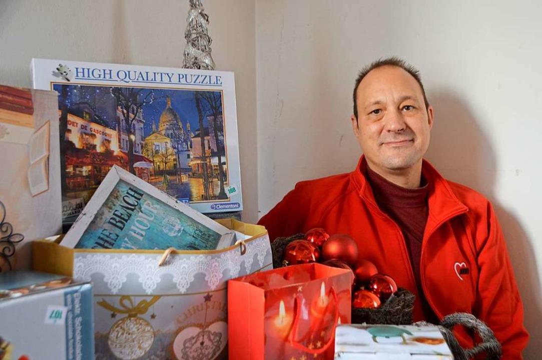 Michael Schmalzl mit einem Teil der Tombola    Foto: Horatio Gollin