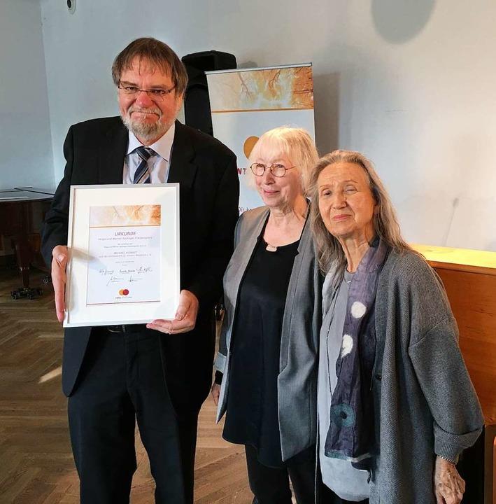 Preisverleihung an Michael Kienast vom...riedenspreis-Stifterin Helga Sprenger.  | Foto: Wolfram Wette