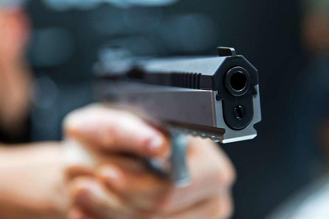 Mit vorgehaltener Pistole haben die mutmaßlichen Täter Bargeld gefordert.  | Foto: Daniel Karmann