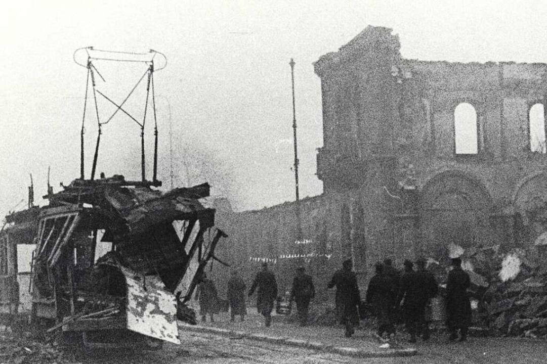 Eine zerstörte Straßenbahn vor dem Freiburger Hauptbahnhof.  | Foto: Fritz Aly (Stadtarchiv Freiburg M 7707)