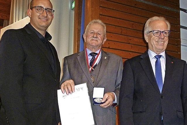 Silber-Medaille für außergewöhnliche Verdienste