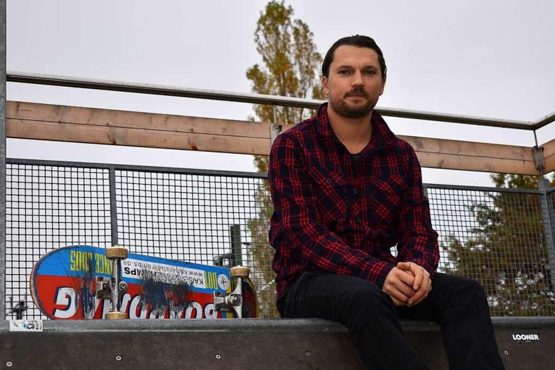 Fabian Surber auf einer der Rampen, die er gebaut und in Riegel aufgestellt hat   | Foto: Laetitia Bürckholdt
