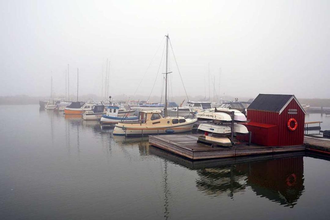 Die Welt versinkt im Nebel – und die Inselbewohner gehen trotzdem baden.  | Foto: Andreas Heimann (dpa)