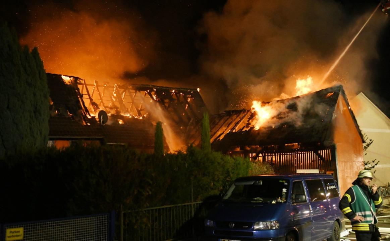 Die Feuerwehr löscht das Gebäude.  | Foto: Wolfgang Künstle