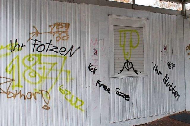 Jugendliche ärgern sich über Graffiti an ihrem Jugendzentrum