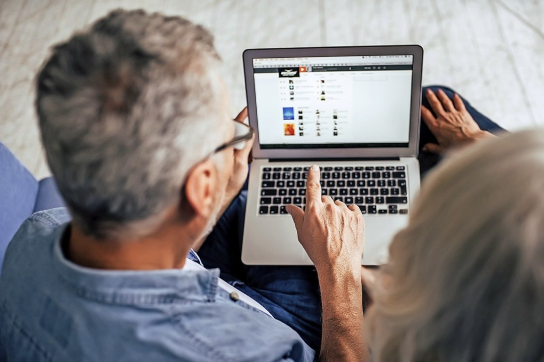 Ältere Menschen haben bei digitaler Technik meist spezielle Fragen.  | Foto: Vasyl/Adobe.Stock.com