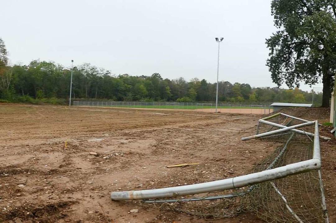 Die Umbauarbeiten am zweiten Fußballpl...platzes liegt, haben bereits begonnen.  | Foto: Jutta Geiger
