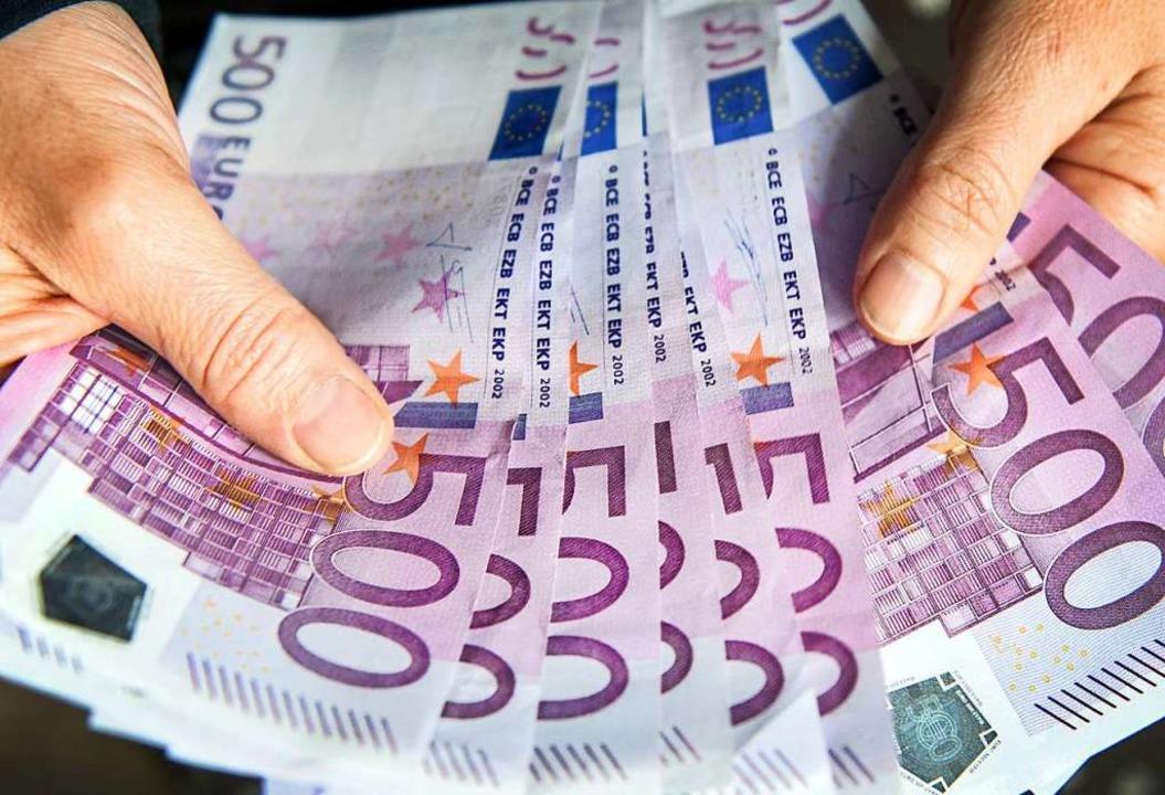 Mit einem 500-Euro-Schein erbeuteten d...f Bargeld von einem Mann (Symbolbild).  | Foto: Patrick Seeger