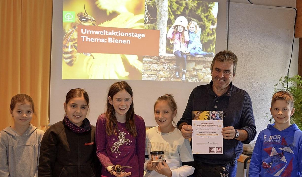 Der Umweltingenieur Albrecht Trenz bra...le Hotzenwald das Thema Bienen näher.   | Foto: Annka Mickel