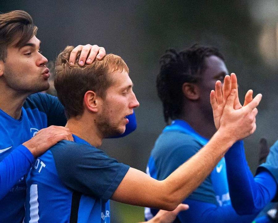 Küsschen auf den Hinterkopf: Im Falle ...avon auf Seiten des FC Neustadt geben.  | Foto: Wolfgang Scheu