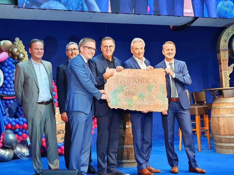 Gastgeschenk: Zur Eröffnung gibt&#8217...Ringsheims Bürgermeister Pascal Weber.  | Foto: Karl Kovacs