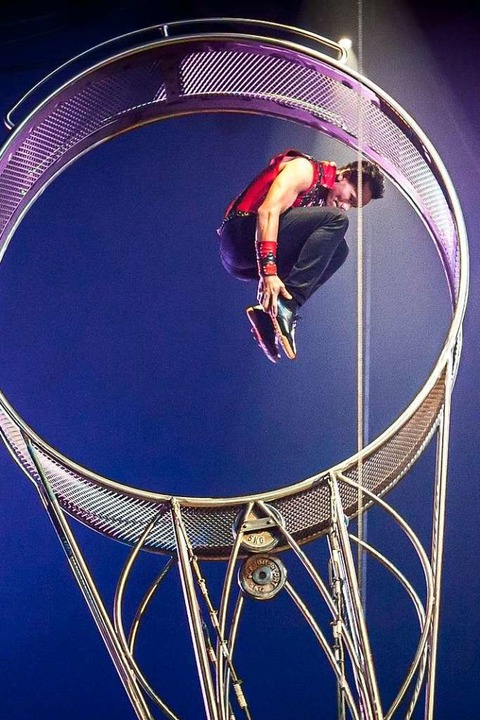 Akrobatik im Todesrad zeigen die Artisten der Group Los Ortiz.  | Foto: Circolo