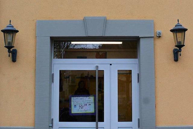 Die neuen Türen passen nicht an die Alte Schule in Haltingen