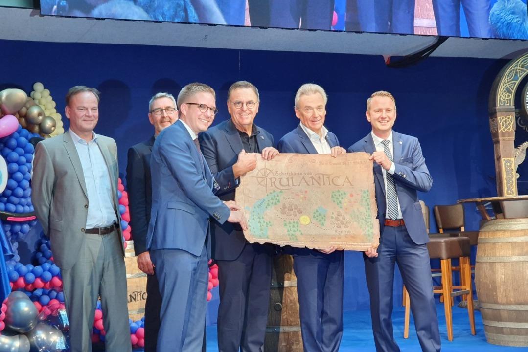 Gastgeschenk: Zur Eröffnung gibt&#8217...ingsheims Bürgermeister Pascal Weber.     Foto: Karl Kovacs