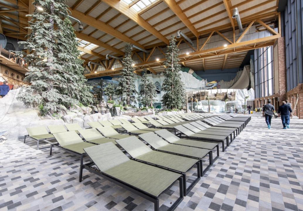 Liegen stehen in der Indoor-Wasserwelt...rattraktionen für die Besucher erbaut.  | Foto: Patrick Seeger (dpa)