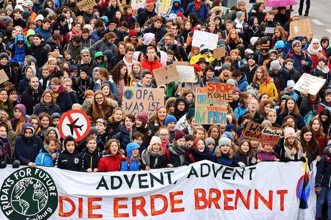 Mehr als 10.000 Menschen kamen zur Kundgebung von Fridays for Future.  | Foto: Rita Eggstein
