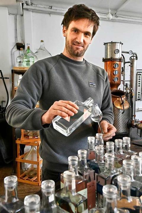 Holger Frey destilliert seine Brände &...n ehemaligen Räumen einer Schreinerei.  | Foto: Michael Bamberger