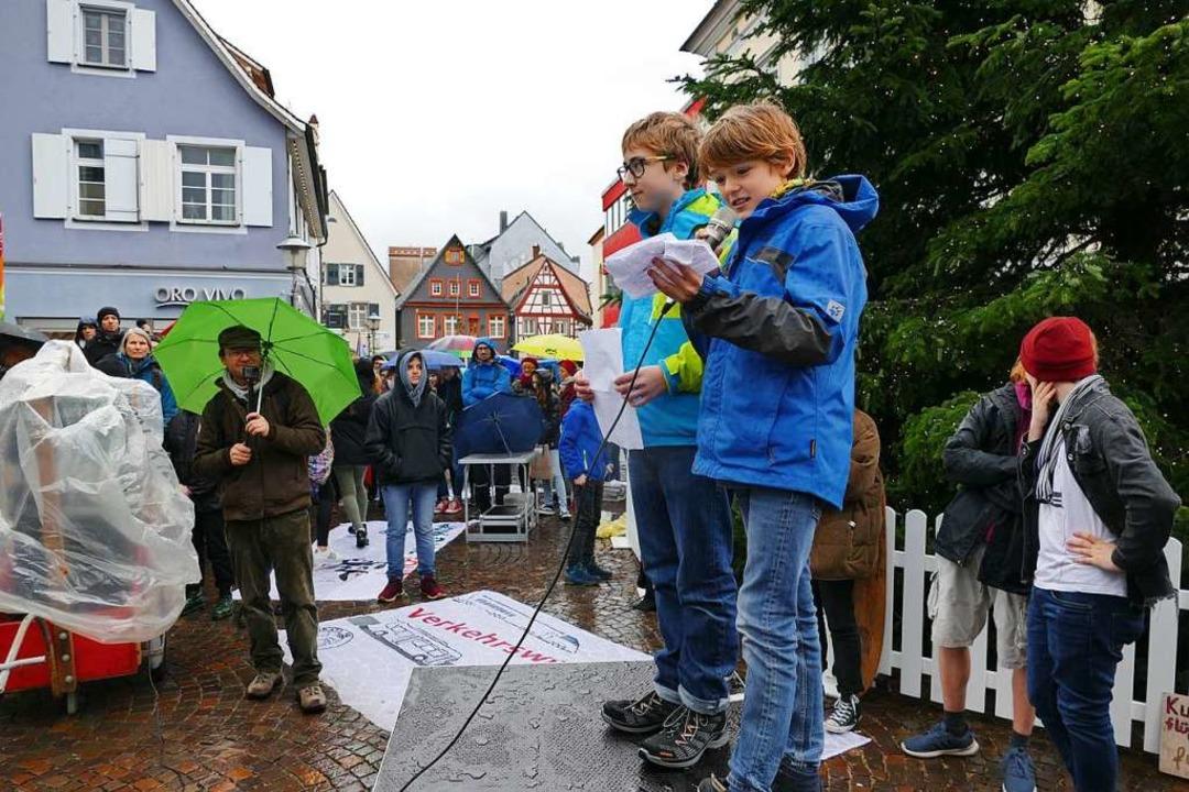 Jonah Bahr und Jakob Bessler (rechts) ...burger Rathaus einen starken Auftritt.  | Foto: Ralf Burgmaier