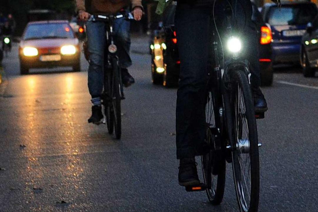Laut Polizei war der junge Mann ohne Licht unterwegs (Symbol).    Foto: Patrick Seeger (dpa)