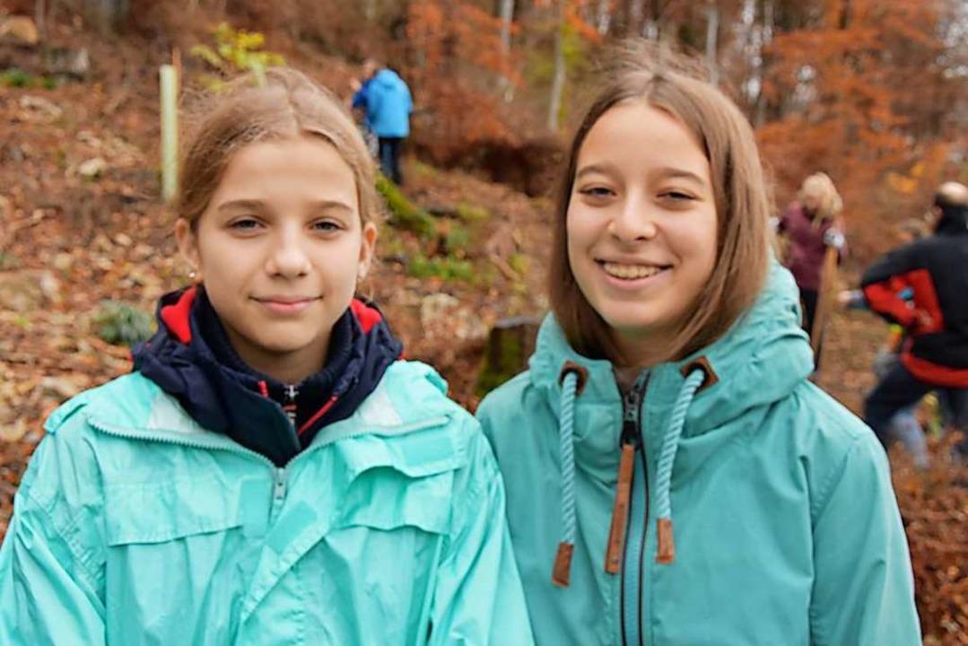 Kim Kinsler (links) und Nina Hartmann ...Future-Demo  mit der Baumpflanzaktion.  | Foto: Heinz und Monika Vollmar