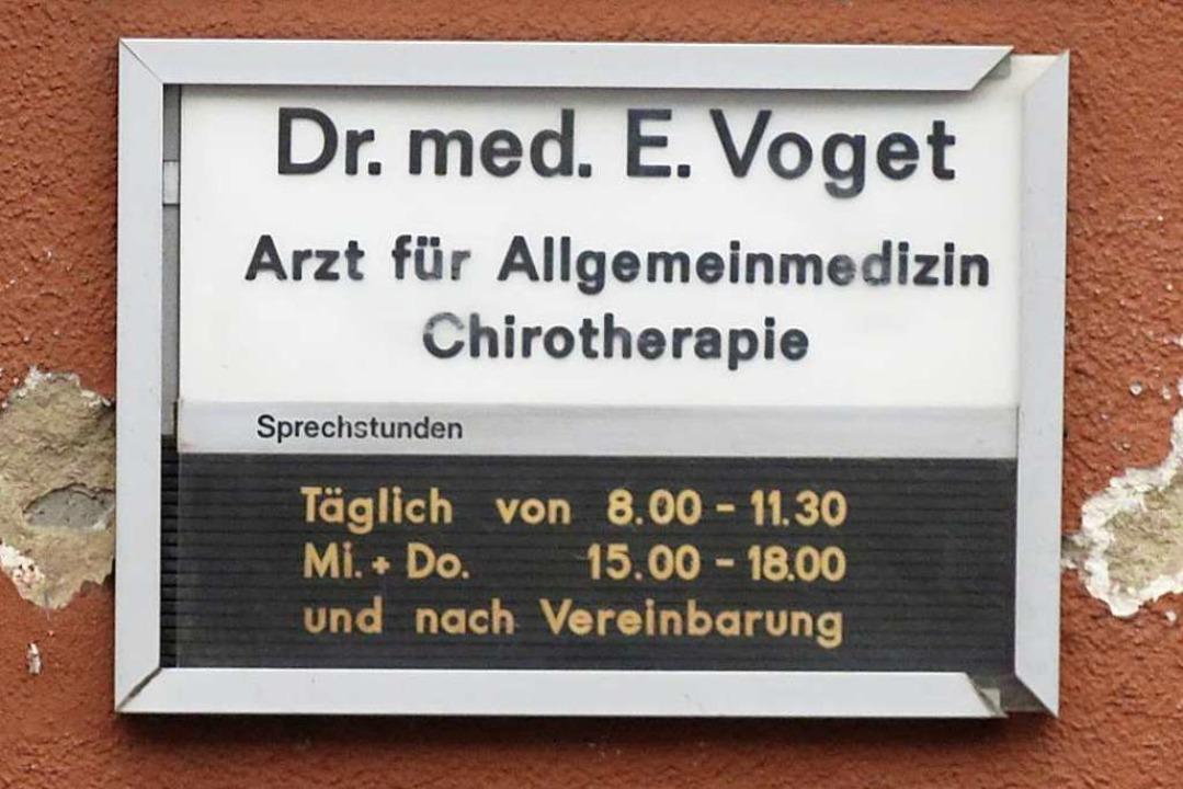 Das Schild an der Praxis von Dr. Eilert Voget wird es bald nicht mehr geben.  | Foto: Agnes Pohrt