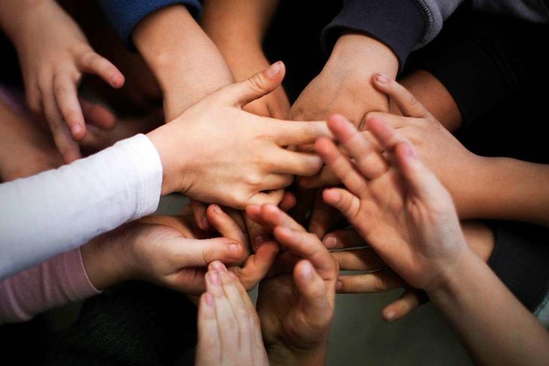 Hand in Hand: Bei Konflikten an Schulen vermitteln Sozialarbeiter.    Foto: Fredrik von Erichsen