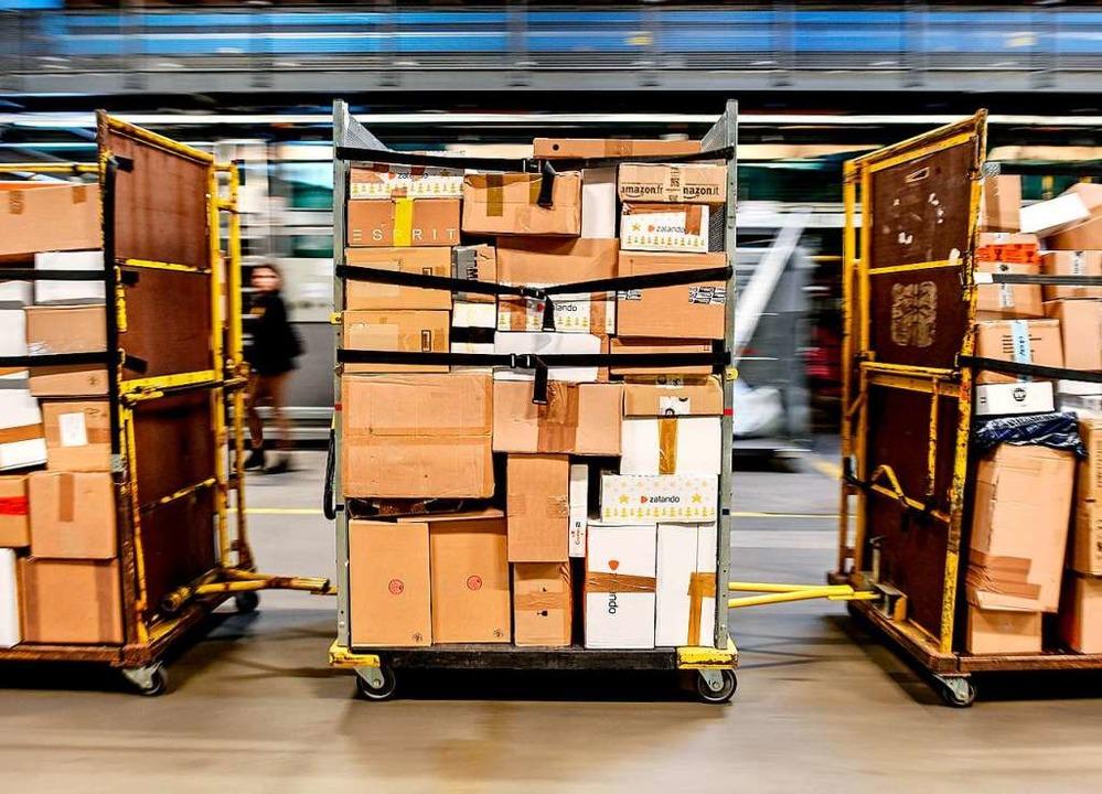 Etwa 130 Pakete soll die Zustellerin unterschlagen haben (Symbol).  | Foto: Patrick Pleul (dpa)