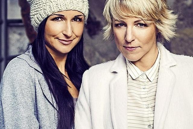 Anita und Alexandra Hofmann singen bei der Klingenden Bergweihnacht in der Oberrheinhalle