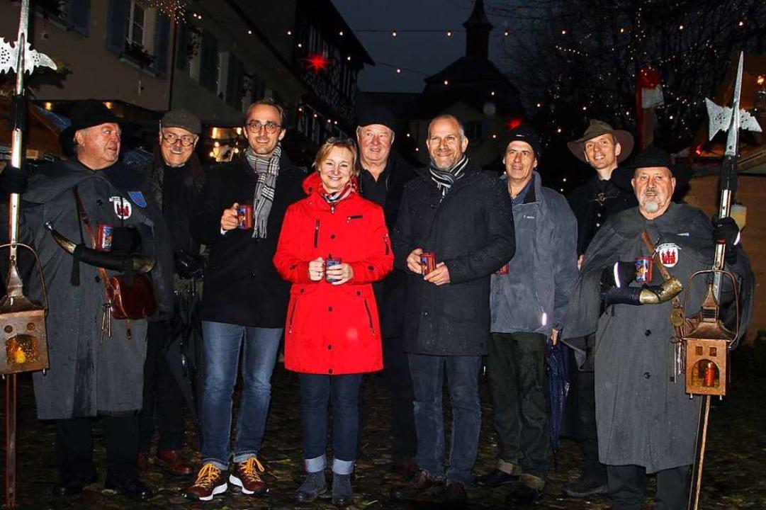 Im Beisein der Burkheimer Nachtwächter... Vogtsburger Weihnachtsmarkt eröffnet.  | Foto: Herbert Trogus