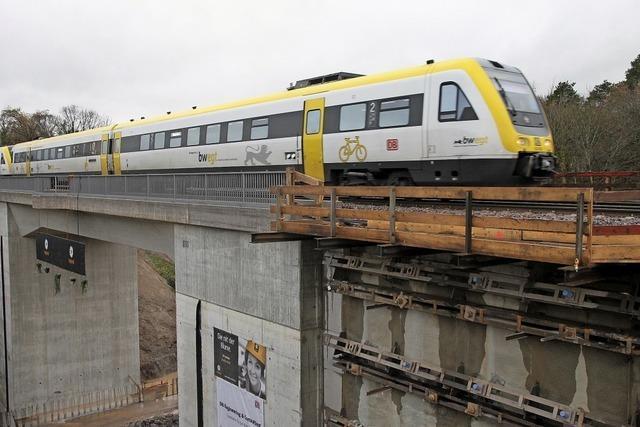 Züge rollen über die neue Brücke