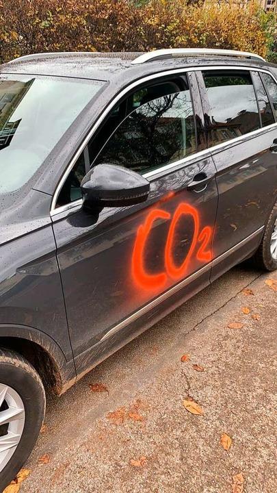 Der Schaden an diesem Fahrzeug beläuft sich laut Besitzer auf circa 2500 Euro.  | Foto: Privat