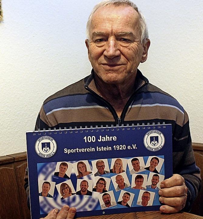Klaus Geiger und der neue Kalender des SV Istein     Foto: Cremer