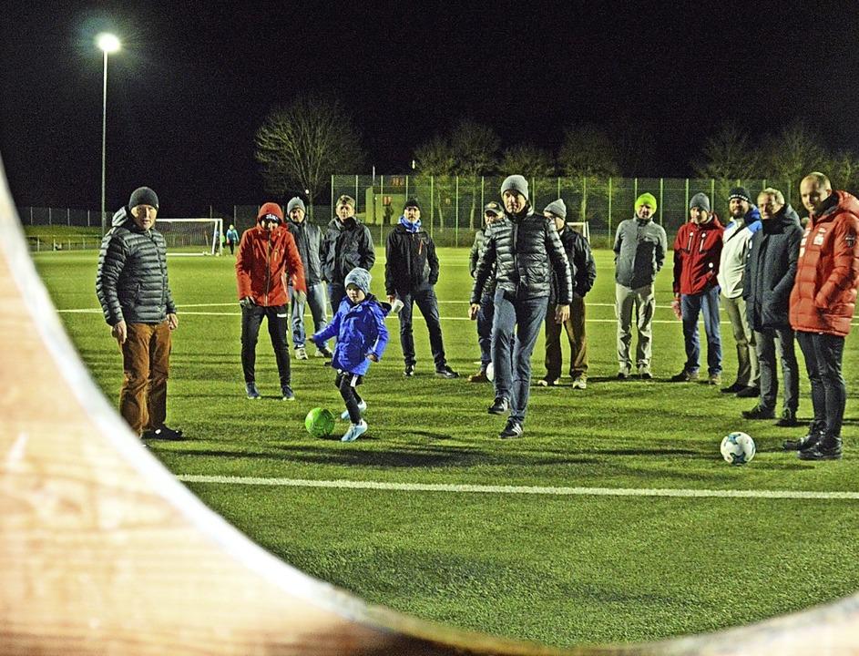 Fußballchef Albert Hug (links) und Bür...n Nachwuchskicker Louis Föhrenbacher.   | Foto: Gerhard Lück